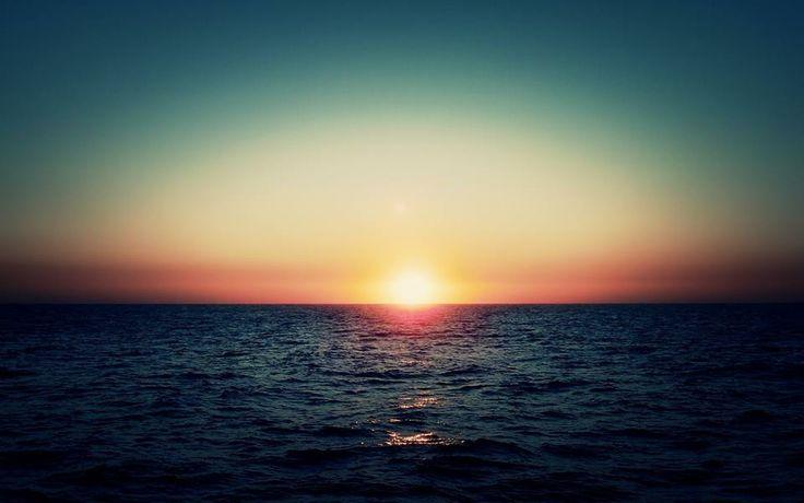والله ما طلعت شمسٌ ولا غربت إلا و حبّـك مقـرون بأنفاسـي ولا خلوتُ إلى قوم أحدّثهــم إلا و أنت حديثي بين جلاســي ولا ذكرتك محزوناً و لا فَرِحا إلا و أنت بقلبي بين وسواســـي ولا هممت بشرب الماء من عطش إلا رَأَيْتُ خيالاً منك في الكـــأس ولو قدرتُ على الإتيان جئتـُكم سعياً على الوجه أو مشياً على الرأس ويا فتى الحيّ إن غّنيت لي طربا فغّنـني وأسفا من قلبك القاســـي ما لي وللناس كم يلحونني سفها ديني لنفسي ودين الناس للنـــاس - الحلاج