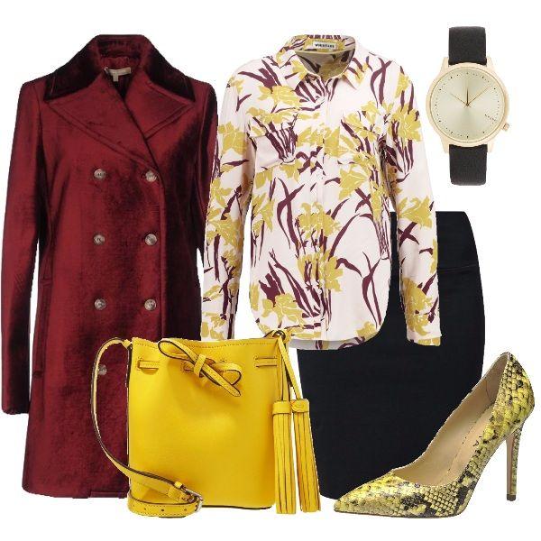 Semplice gonna nera con una bella camicetta bianca a fantasia gialla e amaranto. Colore che ritroviamo nel caldo soprabito. Accessori nei toni di giallo per riscaldare la giornata.