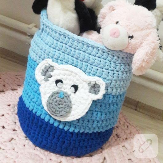 Penye ipten örgü oyuncak sepeti mavi tonlarında ayıcık kafası figür ile süslü erkek bebek odaları için hazırlandı. penye ipten sepetler, supla, amerikan servis modelleri...