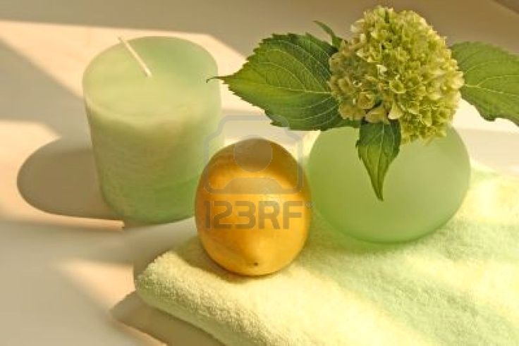 candela-vaso-fiori-di-limone-e-asciugamano-e-rilassante-e-calmante-colore-verde-pallido