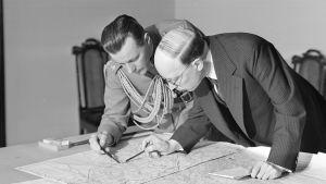 Erilaisella päätöksellä tätä kuvaa ei ehkä olisi otettu. Tasavallan presidentti Risto Ryti tutkii karttoja adjutanttinsa Åke Slöörin kanssa syksyllä 1941.