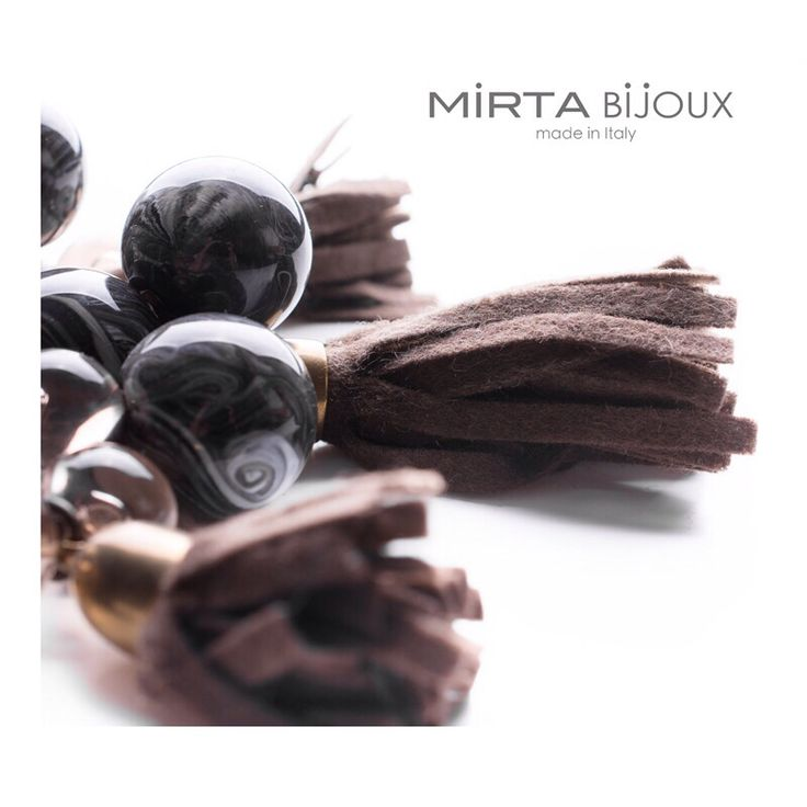 La collana Mirta Bijoux è in linea con i Trend di stagione . Il Bijoux è studiato per soddisfare al meglio i desideri delle donne ....
