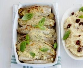 HOOFDGERECHT - 4 PERSONEN 15 MIN.   20 OVENMIN. (ca. 575 kcal p.p.) Categorie: vegetarisch Keuken: Mediterraan 1 kg witlof, in lengte gehalveerd 1 grote beker cr�me fra�che (200 ml) 2 el pesto alle genovese 3 el geraspte parmezaanse kaas 2 schalen aardappelpuree (� 450 g, koelvers) 6 zongedroogde tomaatjes, in stukjes 2 el basilicumblaadjes�