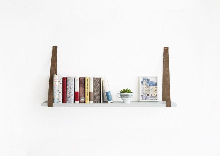 Vor ein paar Wochen habe ich für meine bescheidene Bibliothek eine schwebende Bücherwand gebaut (HIER). Da ich aber auch ein paar Bücher in einem kleineren Format habe, die für die Bücherwand nicht geeignet waren, habe ich gleich mit dem nächsten Regal-Projekt weitergemacht und ein neues Zuhause für meine Mini-Bücher gebaut. Material Ein Ivar-Regalbrett oder anderes …