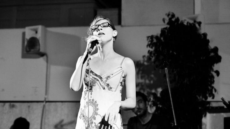 Lupe Azcano luciendo brackets metálicos en uno de sus conciertos, guapísima verdad?? Puedes seguirla en https://www.facebook.com/lupeazcanomusic Fotografía de https://www.facebook.com/laracoresphotography