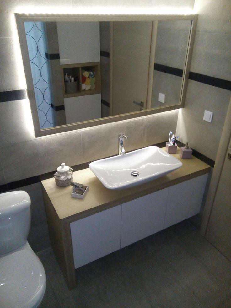 Έπιπλο μπάνιου. Υλικά κατασκευής : κόντρα πλακέ σημύδα, γυαλιστερή λάκα.