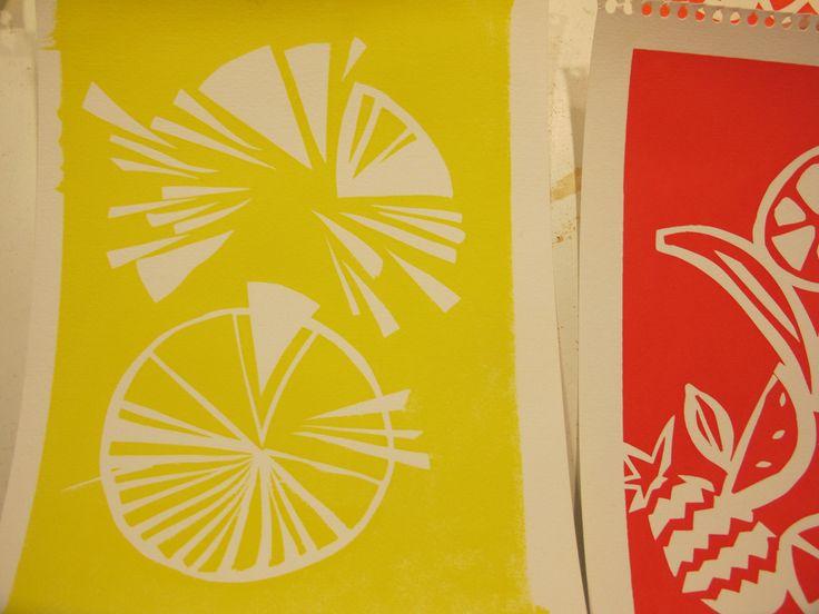 https://flic.kr/s/aHskfecUNo | Taller SERIGRAFIA juliol 2015 | Imatges del taller de serigrafia de 4 dies  que hem fet a Can Xic de La Garriga durant juliol 2015 1r dia: hem muntat les pantalles, amb fusta i tela. Hem preparat stencils retallant ironfix i hem estampat sobre paper