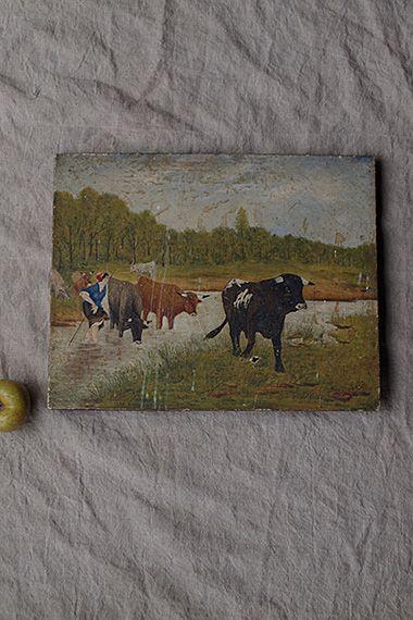 風景 川辺を渡る牛-oil painting picture 放牧後の帰路でしょうか、とても緩やか、浅瀬に歩を進める水を跨ぐ音と、途切れず鳴く牛の声が聞こえてくる臨場感。眺めているこちらにもっと緩慢にゆったりと、と促しているかの様で。中央付近に塗料が垂れた跡、また、一番手前の黒い牛の足元に穴が御座います。