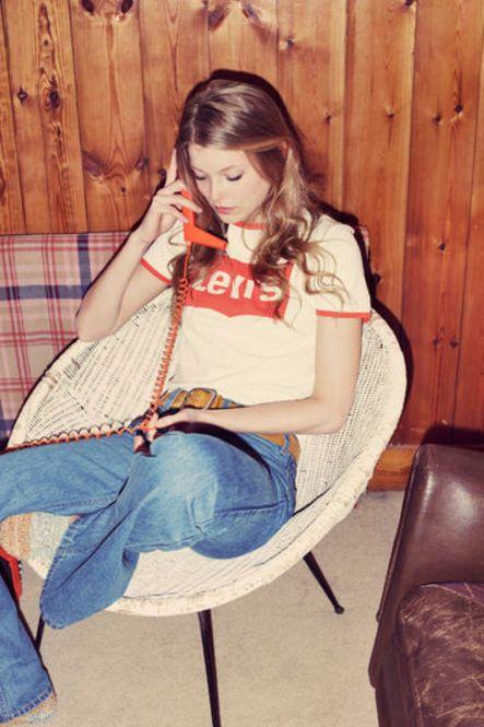70年代とともに90年代も彷彿とさせるシンプルなスタイル。Tシャツにジーンズ、カラーは対照的なブルー、オレンジでまとめています。