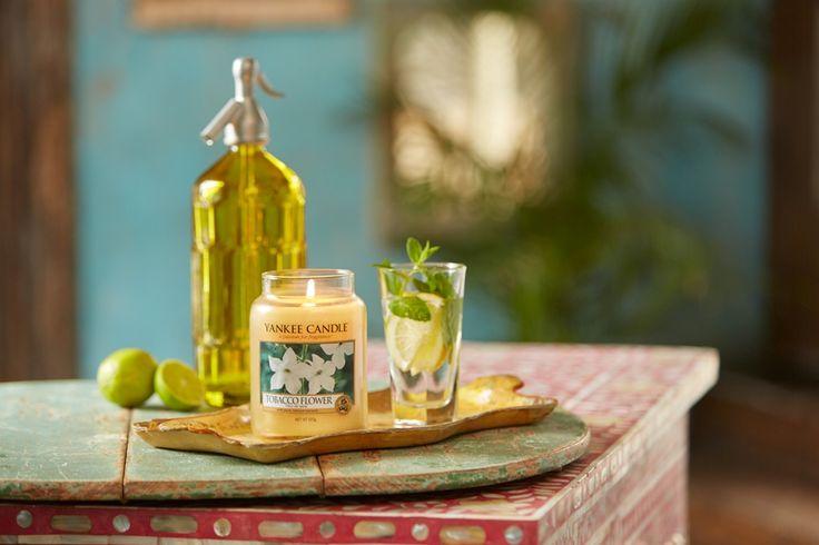 Doft från Yankee Candle som gjord för varma och mystiska sommarkvällar. Tobacco Flower - En sofistikerad doft med inslag av värmande ingefära och cedar, uppfriskande bambublad, jasmine  och tobaksplanta. #YankeeCandle #TobaccoFlower  #Varma SommarKvällar