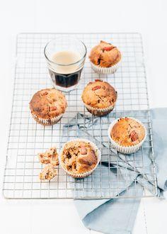 Rabarbermuffins met yoghurt en honing. Superlekker recept om rabarber in te werken en een lekker voedzaam tussendoortje voor bij de koffie.