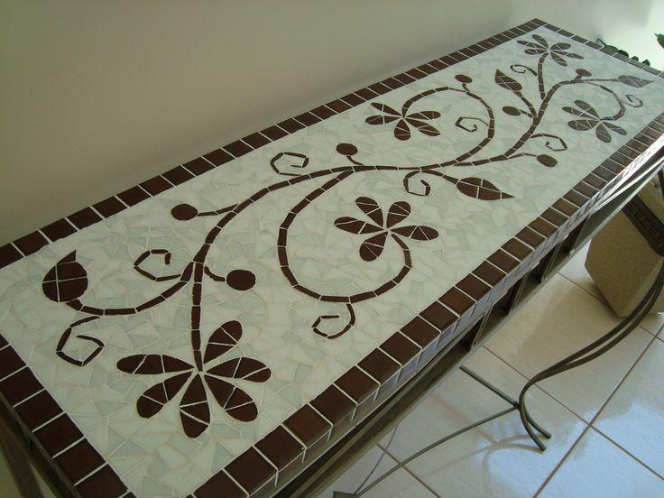 Aparador mede 1,00 x 0,30 cm. Só vendo o tampo com o trabalho de mosaico.Não acompanha os pés de ferro, somente ilustrativo. A base do tampo pode ser feito em ardósia se for ficar exposto em área externa ou madeira se for ficar em área interna da casa.
