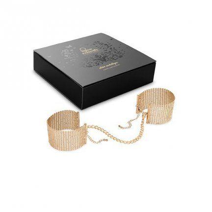 Bijoux Indiscrets - Gold metallic mesh handcuffs  Uwielbiasz biżuterię i chciałabyś ją nosić w każdej sytuacji, aby nadać zmysłowego i eleganckiego klimatu w Waszej sypialni? Jeśli tak, to jest to produkt idealny dla Ciebie! Hiszpańska firma Bijoux Indiscrets stworzyła linię biżuteryjnych gadżetów erotycznych, które doskonale spełniają swoją funkcję oraz fantastycznie wyglądają. Bijoux Indiscrets Gold metallic mesh handcuffs to stylowe złote kajdanki połączone łańcuszkiem.  www.tabu24.pl