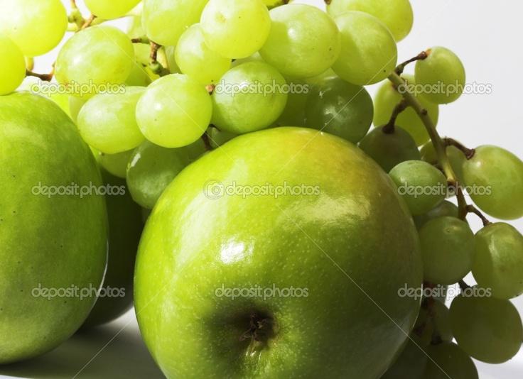 Treal encantó todas tipos de comida. Como una ofrenda de comida que escogió sus frutas favoritas uvas y manzanas.
