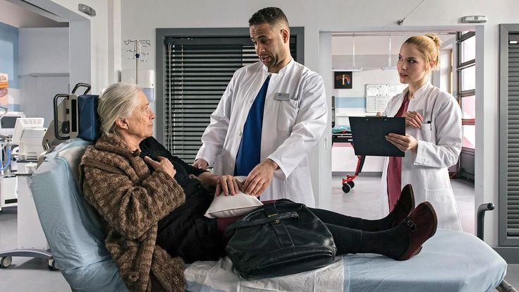 Die junge Ärzte Folge 19 - Die große Liebe | Sophie Hahn (Maria Mägdefrau), Dr. Matteo Moreau (Mike Adler) & Julia Berger (Mirka Pigulla)