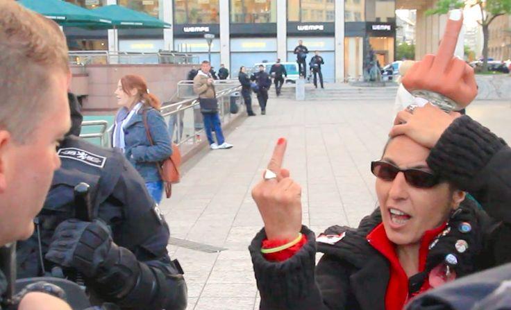 Krass: Frau zeigt Polizisten Stinkefinger -- Blockupy Frankfurt (4:03)