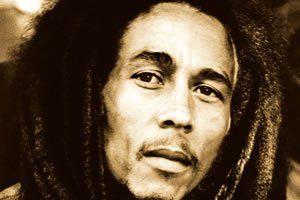 """Símbolo da cultura reggae e rastafári, Bob Marley é uma das personalidades mais conhecidas do mundo. Vendeu mais de 75 milhões de discos e é considerado o maior artista do """"Terceiro Mundo"""", países de extrema pobreza e esquecidos pelo mundo. Bob Marley sempre passou uma mensagem de paz, amor e comunhão em suas músicas."""
