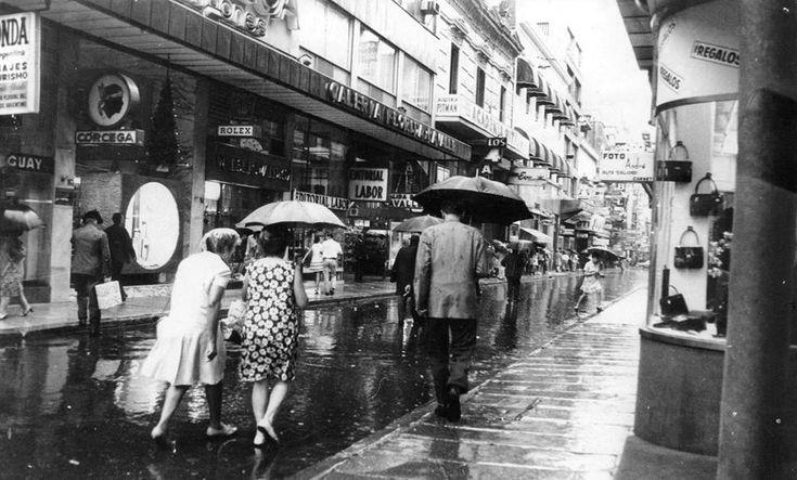 Día de lluvia en Buenos Aires, calle Florida, 1969.