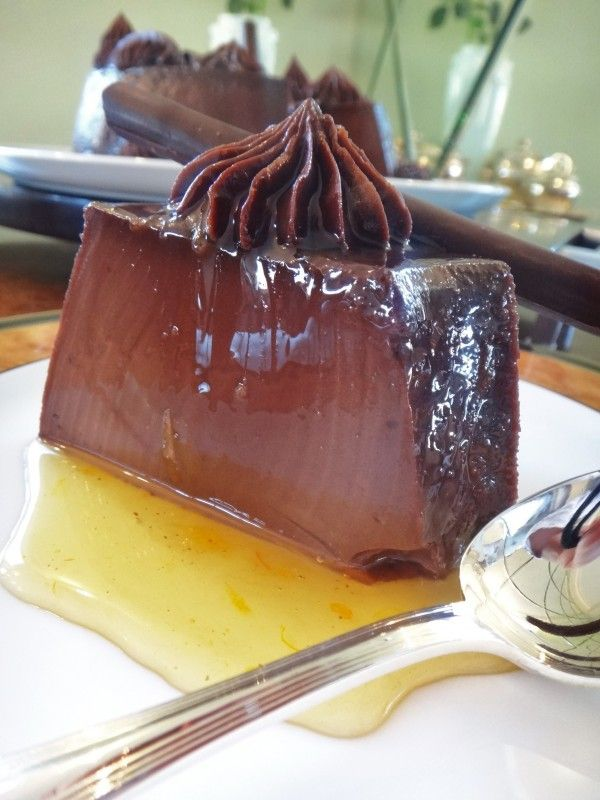 pudim de chocolate com cobertura de ganache - i don't know exactly what it is but it looks well :) I really cannot say!