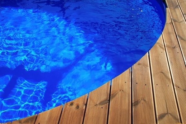 Cool above ground pools with decks – modern backyard landscaping ideas