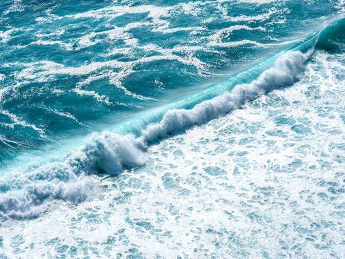 Des chercheurs du MIT ont mis au point un procédé innovant permettant de dessaler l'eau de mer efficacement. Contrairement aux méthodes habituelles, celle-ci utilise une onde de choc électrique pour retirer le sel de l'eau.