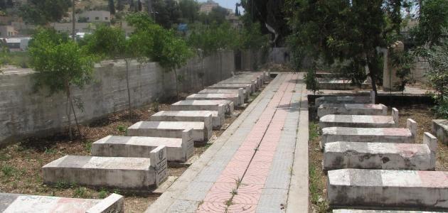 تفسير رؤية المشي في المقابر في المنام بالتفصيل Cemeteries Sidewalk Tomb