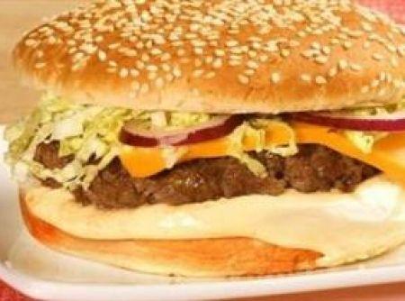 Receita de Sanduíche de hambúrguer de picanha - •1/2 Xícara(s) maionese Hellmann´s Deleite, •1 Colher(es) de chá molho de mostarda Hellmann´s, •1 Colher(es) de chá ketchup Hellmann´s, •1/2 Colher(es) de chá molho de pimenta Knorr, •1 Dente(s) alho amassado, •1 Colher(es) de sopa azeite de oliva, •2 Unidade(s) hambúrgueres sabor picanha, •2 Fatia(s) queijo tipo cheddar, •2 Unidade(s) pães para hambúrguer, •2 Unidade(s) folhas de acelga cortadas em tiras, •1 Unidade(s) cebola pequena roxa…
