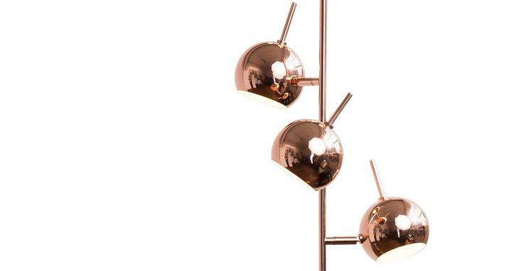 La lampada da terra Austin rame ha un design ispirato alle lampade degli anni '60 e '70.