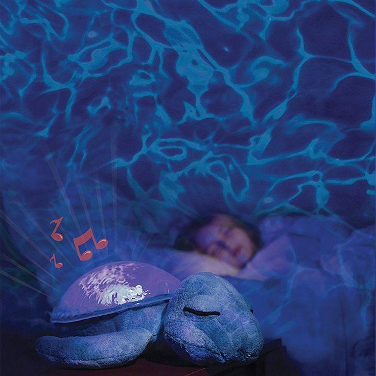 Proyector de peluche con melodías y con forma de tortuga, para proyectar un efecto luminoso de aguas submarinas. Esta luz quitamiedosproporciona una gran experiencia sensitiva de relajación y tranquilidad para los niños. Es ideal para acompañar los sueños y comoelemento decorativo para la habitación de los más pequeños. El cuerpo de la tortuga es de felpa, muy suave al tacto, y elcaparazónes de plástico rígido y brillaen un relajante color aguamarina yproyecta el efecto submarinocon…