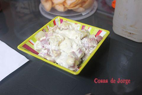 Si unas simples patatas cocidas con mayonesa están ricas, imaginaros añadirles también unos taquitos de jamón asado…     Ingredientes ...