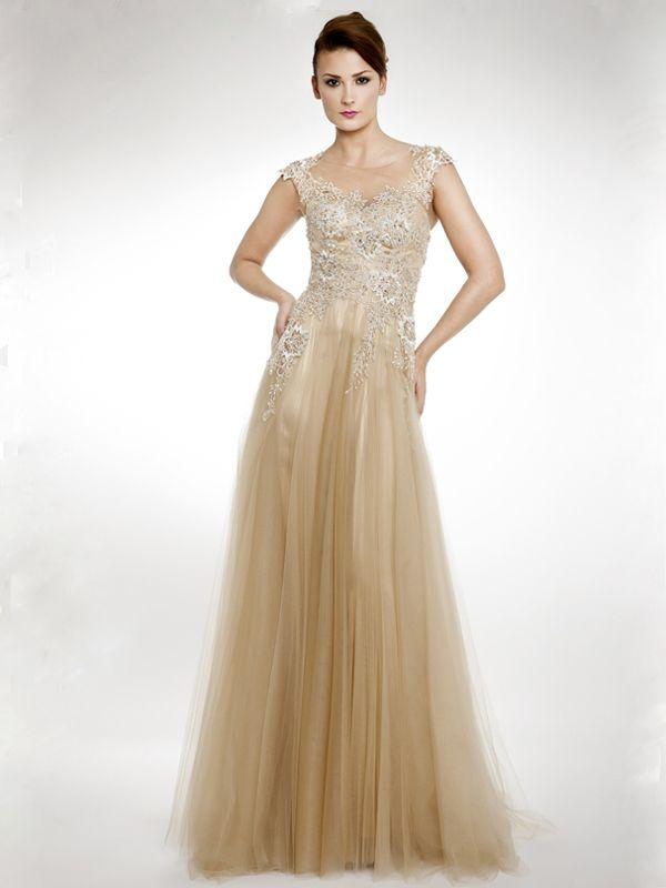 Preciodo vestido de fiesta con pedrería en el cuerpo y el principio de la falda, ajustado hasta la cintura, manguitas con pedrería y falda de tul.