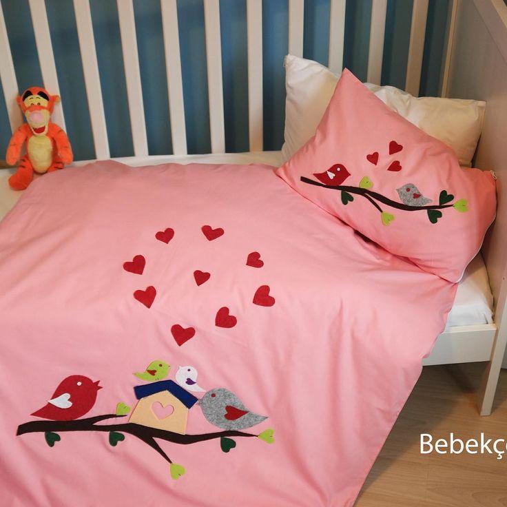 El işi bebek nevresim takımı. BATTANİYE 1.sınıf % 100 pamuk veya % 100 koton kumaş üzerine uygulanan, keçe kullanılarak el emeği ile süslenen bebek nevresim takımıdır.