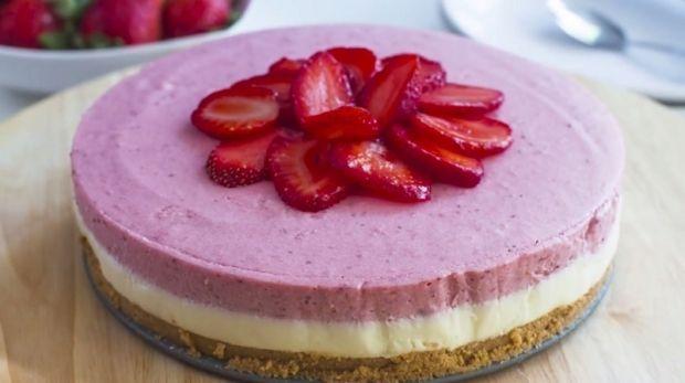 Τούρτα+με+μους+λευκής+σοκολάτας+και+φράουλας+χωρίς+ψήσιμο+(Video)