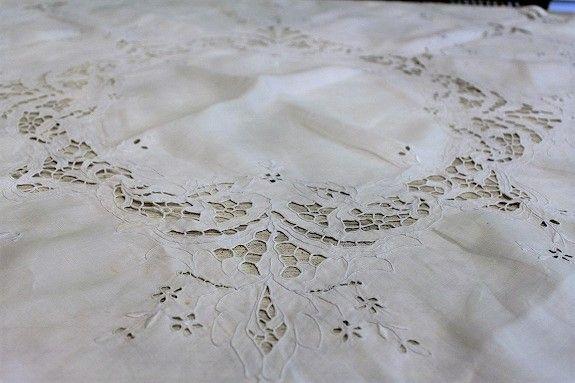 蝶々と小花のカットワーク&ホワイトワーク刺繍、 英国アンティーク ...