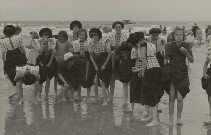 Meisjes in klederdracht Verv.jaar: 1950 #Utrecht #Spakenburg