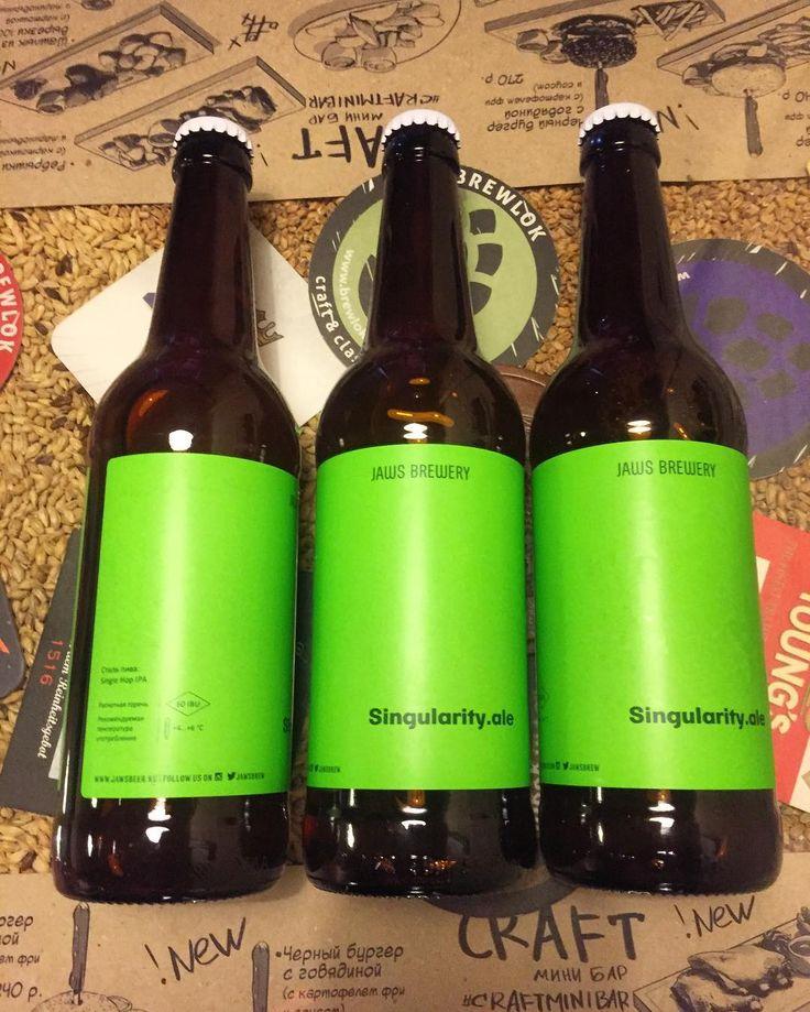 Это #singularity отличное #крафтовоепиво от пивоварни @jawsbrew стоит и ждёт своего поклонника в @craftminibar  Стиль пива: #singlehop IPA смолистый цветочный аромат с оттенками зеленого чая лемонграсса лайма и полыни. Благородное вяжущее травяное сухое послевкусие. Сварено на одном хмеле: #centennial и солоде #paleale  Это #ипа с алкоголем: 6% начальной плотностью: 15% Горечью: 60 IBU Впервые было сварено в 2017 году / экспериментальное! #craftminibar #воеводина6 #плотинка #екатеринбург…