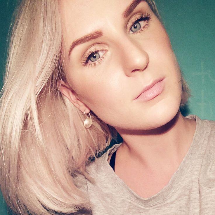 Blonde hair // dewy skin // dark brows --- KEY PRODUCTS @eve_lom Foundation from @meccacosmetica @maccosmetics 'Soft and Gentle' highlight @illamasqua 'Masquara' @inglot_australia Brow Powder