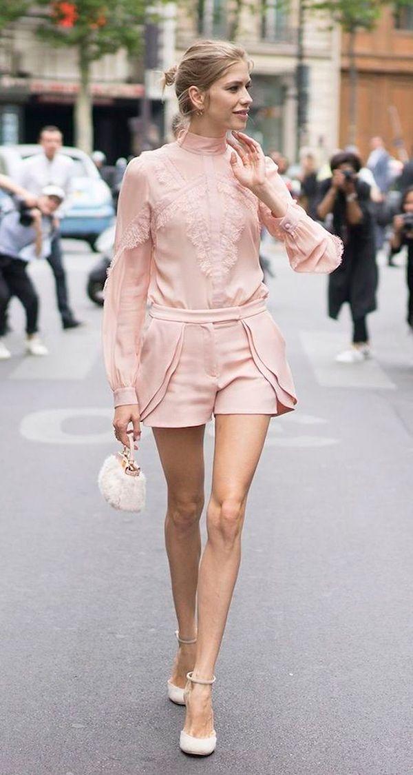 Conjuntinho rosa quartzo composto de camisa e shorts, com micro bolsa Fendi e scarpin                                                                                                                                                      Mais
