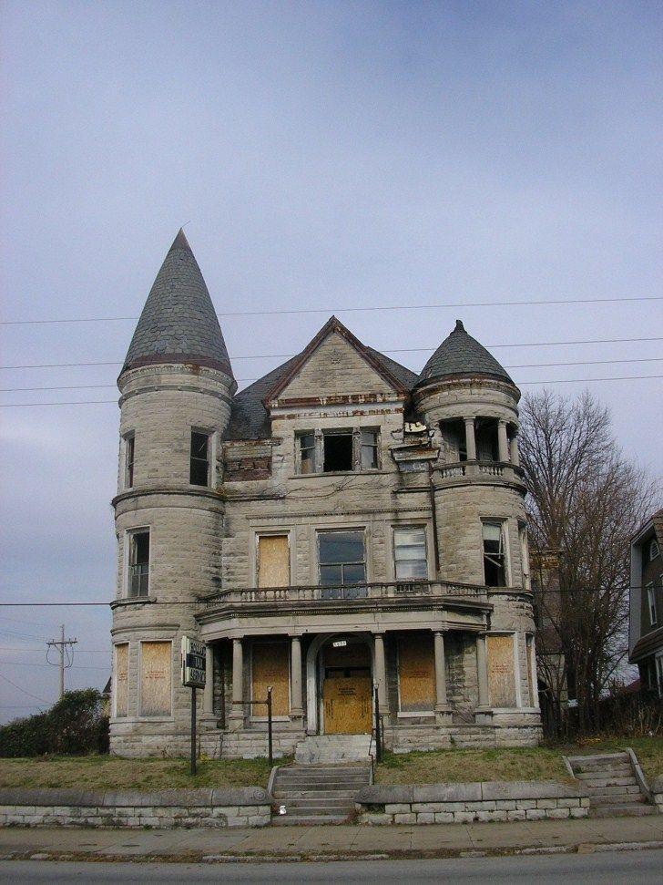 The old Ouerbacker Mansion is at 1633 W Jefferson Street in Louisville, Kentucky.