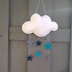Mobile ou décoration murale 'nuage aux étoiles' en feutrine blanche et étoiles bleues