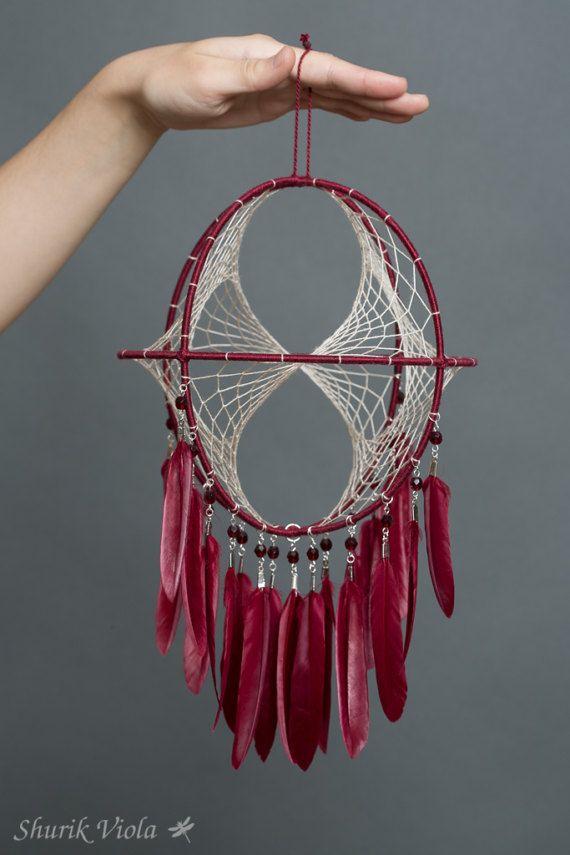 Objet spirituel amérindien pour éloigner les mauvais rêves. Selon la légende, l'attrape-rêves laisse passer les bons rêves au travers du trou central et retient les cauchemars jusqu'au matin où ils disparaissent avec la lumière.  C'est aussi un joli objet décoratif pour les amateurs de style amérindien, hippie et boho chic.  Trois anneaux forment une sphère avec une toile tissée faite dans le principe du ruban de Mœbius. Lors de la rotation lornement semble different de chaque côté. Pour…