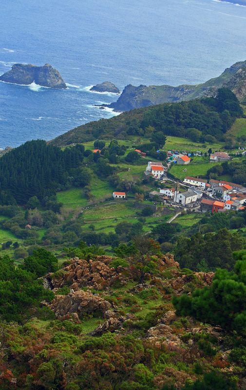 """San Andrés de Teixido. Lleno de misticismo, leyendas y grandes acantilados, San Andrés de Teixido es uno de los lugares de peregrinación más visitados de Galicia. Hay un dicho que dice: """"A San Andrés de Teixido vai de morto quen non foi de vivo""""."""