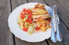 skriv utTill 4 portioner behöver du: 4 Kycklingfiléer tomatpuré 2 förpackningar mozzarella (a 125 g) 1 paket kycklingbacon (100g) 1