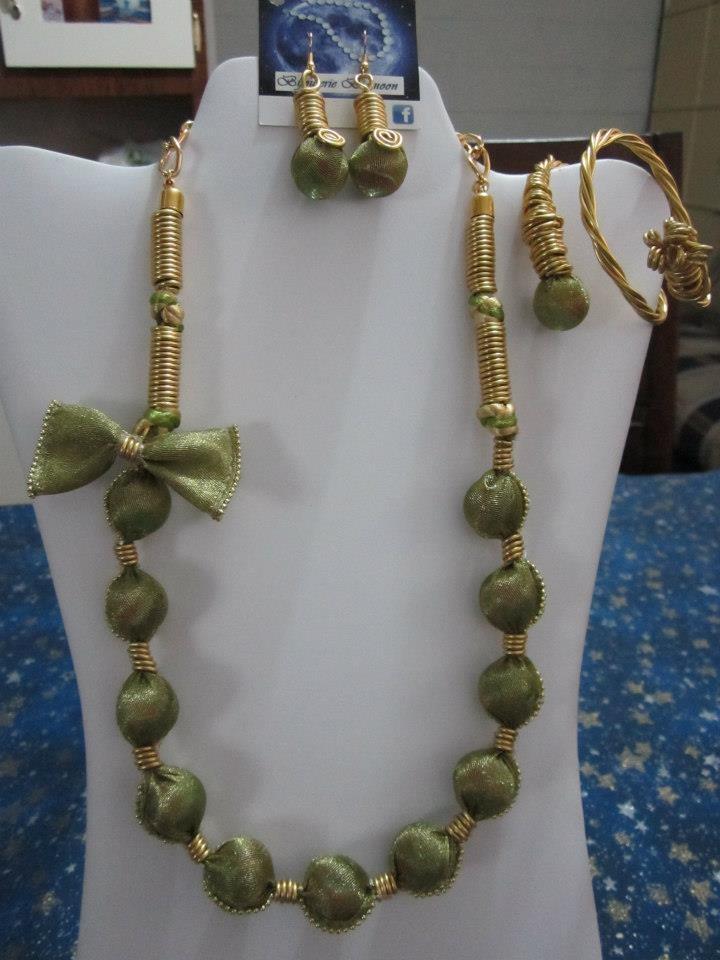 Dorado con Verde en tendencia egipcia, Técnica de forrado y enrollado en Alambrismo. (chibolas verdes manchadas)