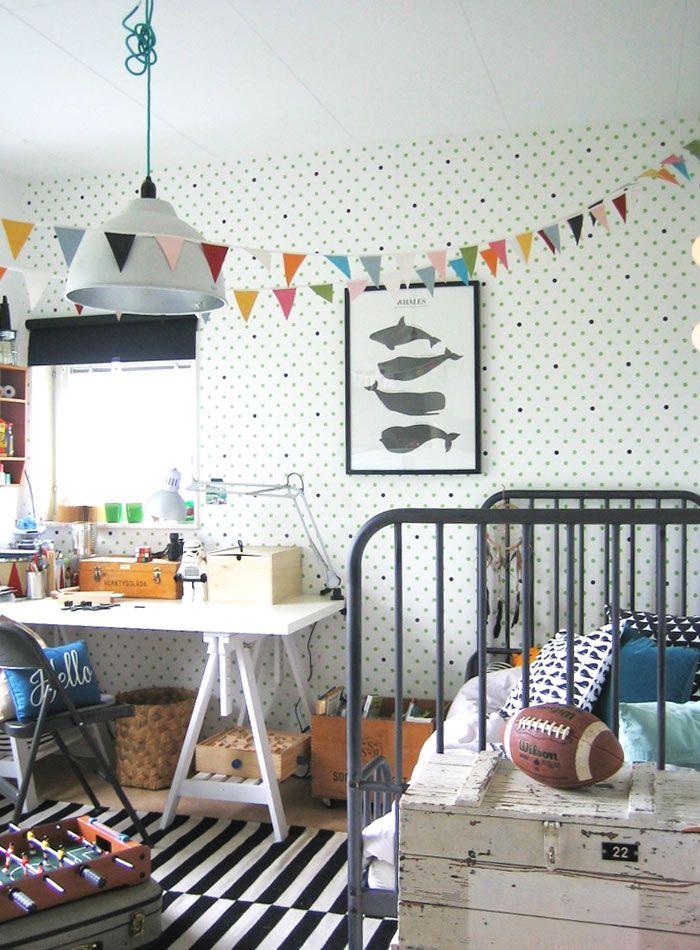 Chambre d'enfant avec un papier peint à pois