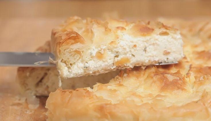 La tyropita è una torta salata tipica della cucina greca, gustatela con la salsa tzatziki fatta in casa per uno snack saporito e nutriente.