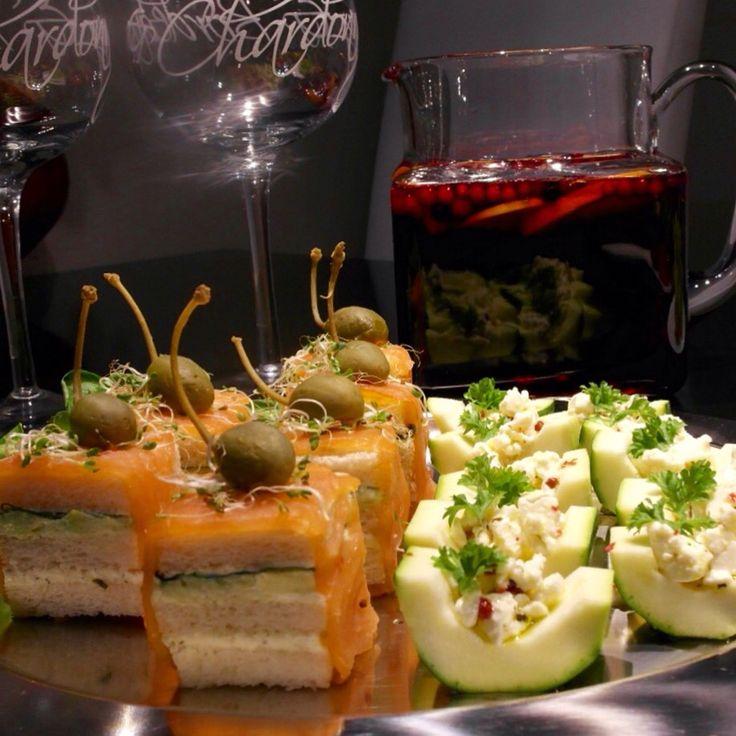 Kylmäsavulohileivät yrttijuustolla ja avocadotahnalla, kesäkurpitsaveneet basilikaöljyssä, sitruunalla ja rosepippurilla marinoitua fetaa