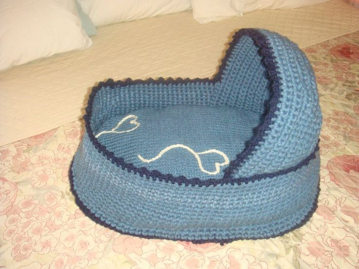 LITTLE CROCHET COT WITH REMOVABLE MATTRESS DECORATED WITH HEART BALLOONS... BY CARPE YARN
