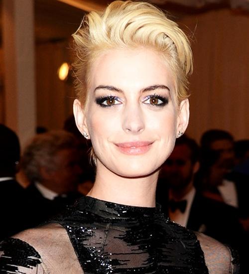 Anne Hathaway sarışın oldu