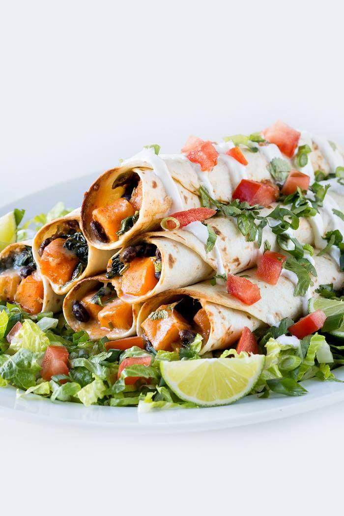 Una ricetta messicana, perfetta per far apprezzare le verdure anche ai bambini: #burritos vegetariani al forno ripieni di cubetti di #zucca, #spinaci, #fagioli neri e scalogno, condito con olio di oliva, #cumino e sale. Serviteli caldi con salsa #guacamole e insalata! :) #recipe #texmex